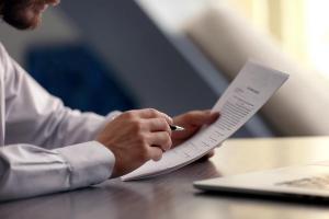 Bierzesz pożyczkę on-line? Przeczytaj umowę w domu!