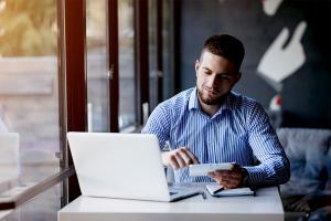 Płatności bezgotówkowe – stacjonarnie i w internecie