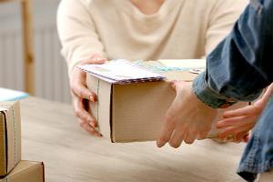 Poczta czy kurier – jaką metodę dostawy warto wybrać?
