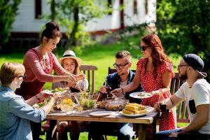 Tania i efektowna dekoracja stołu na rodzinny obiad