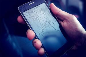 Zepsuty wyświetlacz w telefonie – ile kosztuje jego wymiana?