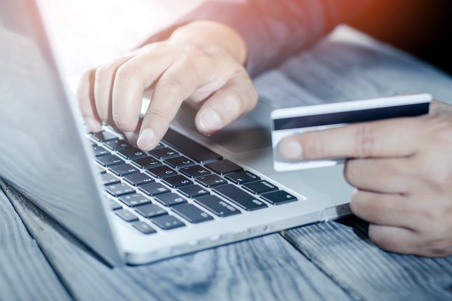Jak bezpiecznie płacić kartą w zagranicznych sklepach internetowych?